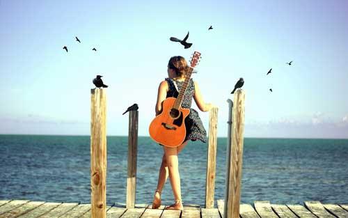 Фото девушек спиной на море