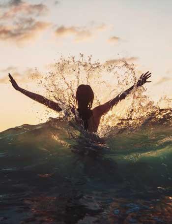 со спины девушки на картинки море